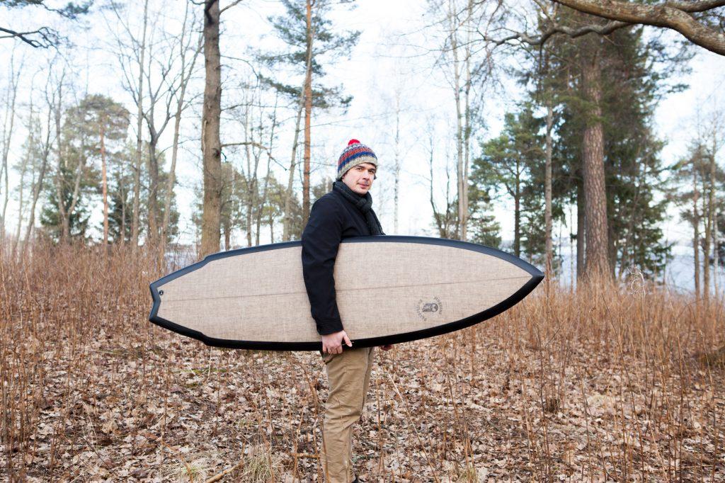 KAUTEn apurahansaaja Pauli Hakala surffilaudan kanssa